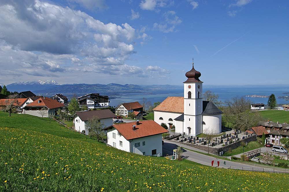 Blick über Eichenberg und St. Bernhard bis zum Bodensee