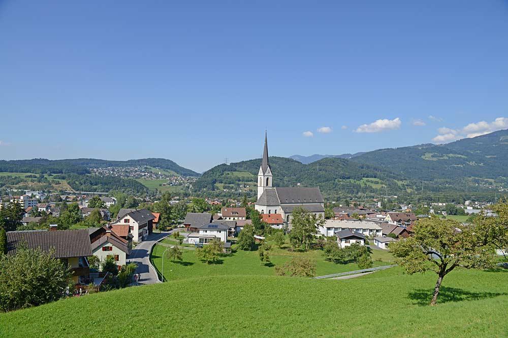 Blick auf die Gemeinde Frastanz und die Pfarrkirche St. Sulpitius
