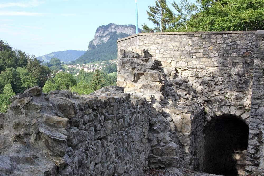 Tor der Barbakane in der Burguine Alt-Ems in Hohenems