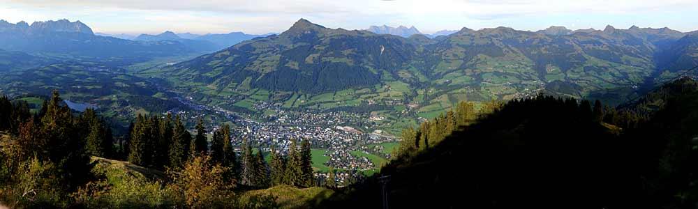 Panoramaaufnahme Kitzbühels vom Hahnenkamm aus