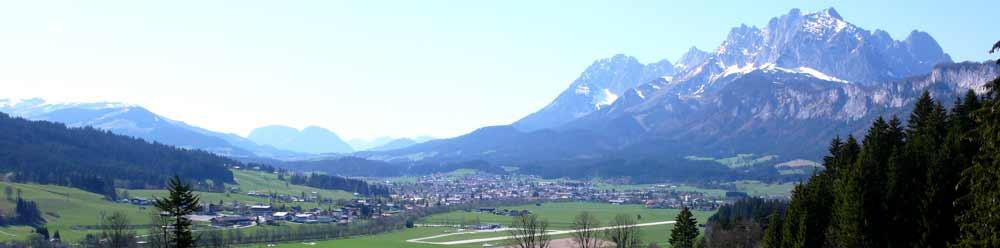 Panorama von St. Johann in Tirol mit dem Kaisergebirge