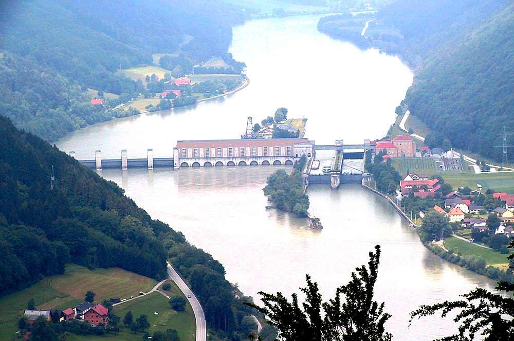 Luftaufnahme der Donau und des Donaukraftwerks Jochenstein bei Untergriesbach