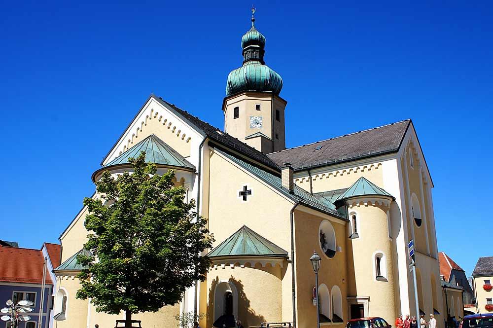 Die Stadtpfarrkirche St. Stephan in Waldmünchen mit ihrem Zwiebelturm