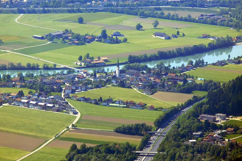 Luftaufnahme der Gemeinde Angath mit dem Fluss Inn