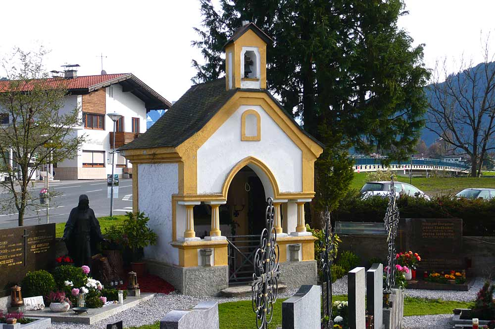 Blick auf das Kriegerdenkmal und den Friedhof in Angath
