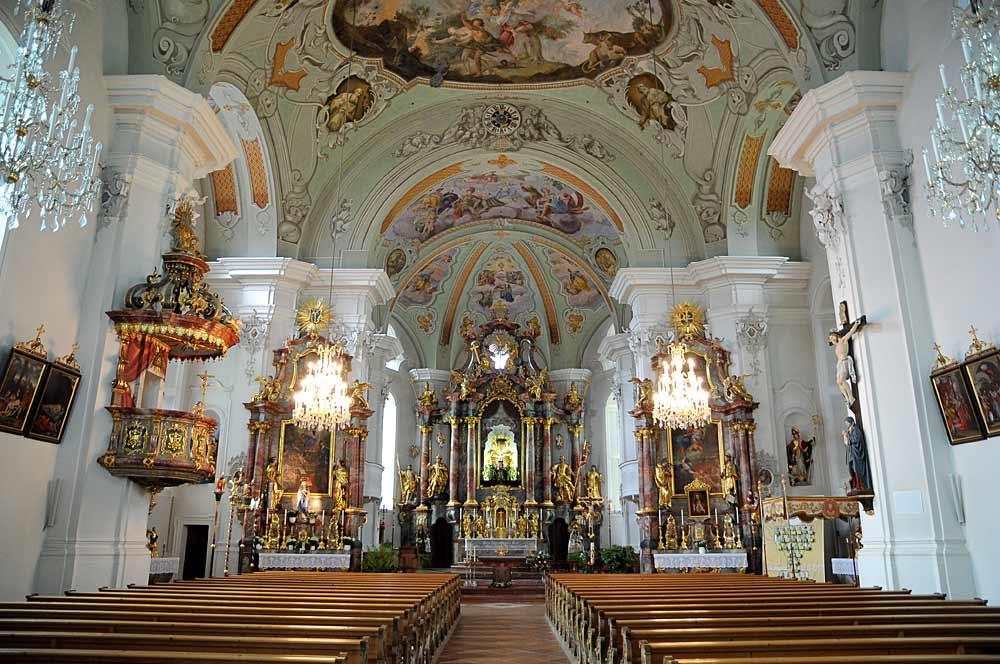 Blick auf den Innenraum und Altar der katholischen Pfarrkirche St. Jakob und St. Leonhard in Hopfgarten im Brixental
