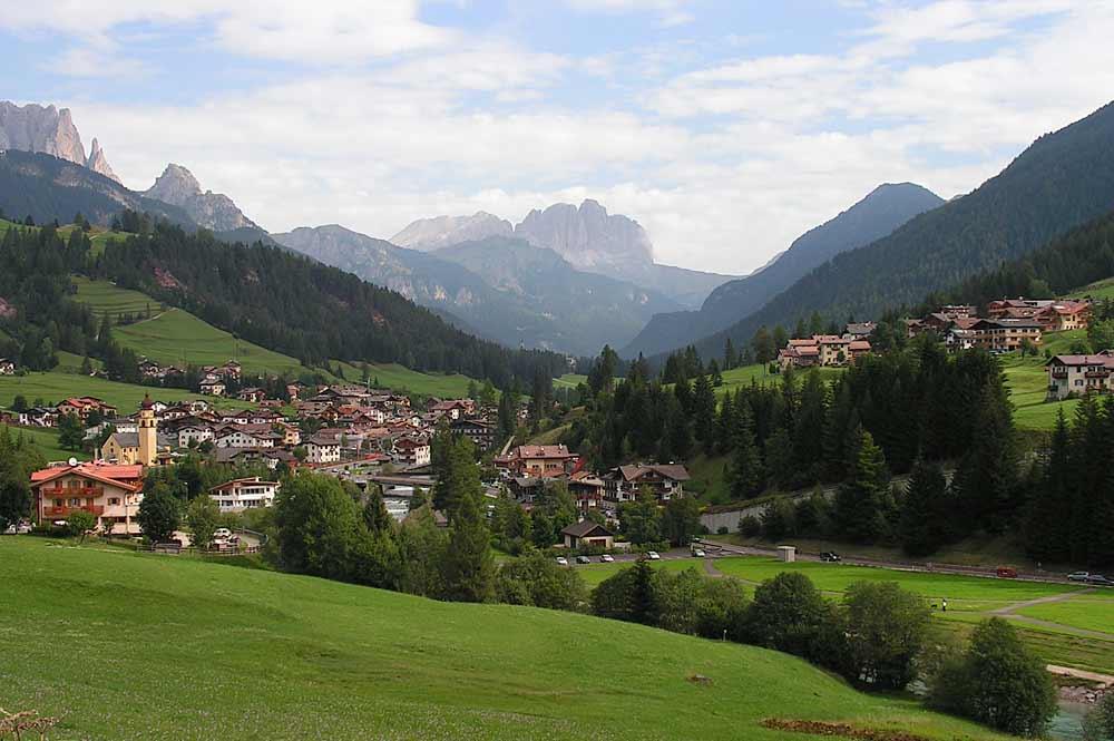 Blick auf die Gemeinde Soraga im Fassatal