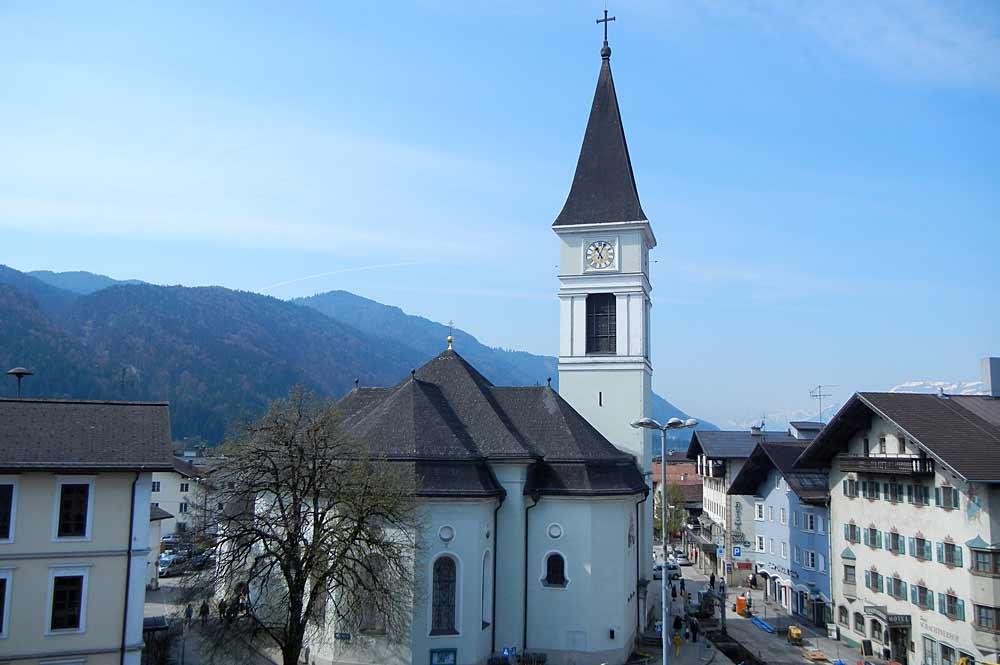 Die Stadtpfarrkirche St. Laurentius mitten in Wörgl