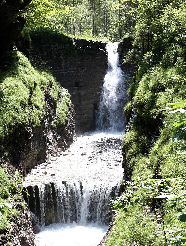 Blick auf einen Wasserfall in der Grießbachklamm bei Erpfendorf