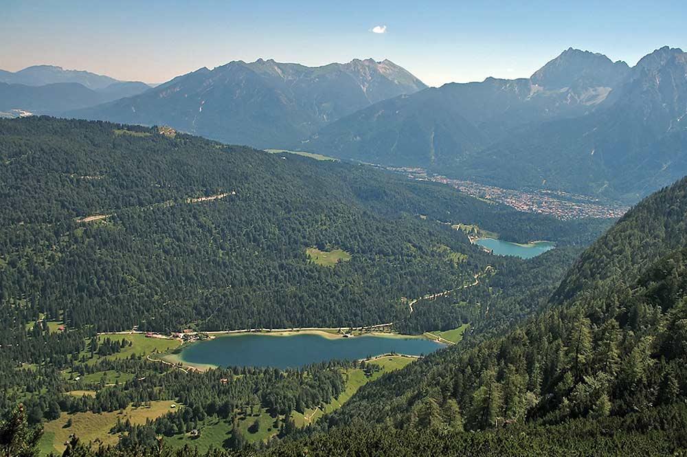 Luftaufnahme des Ferchensees und des Lautersees bei Mittenwald
