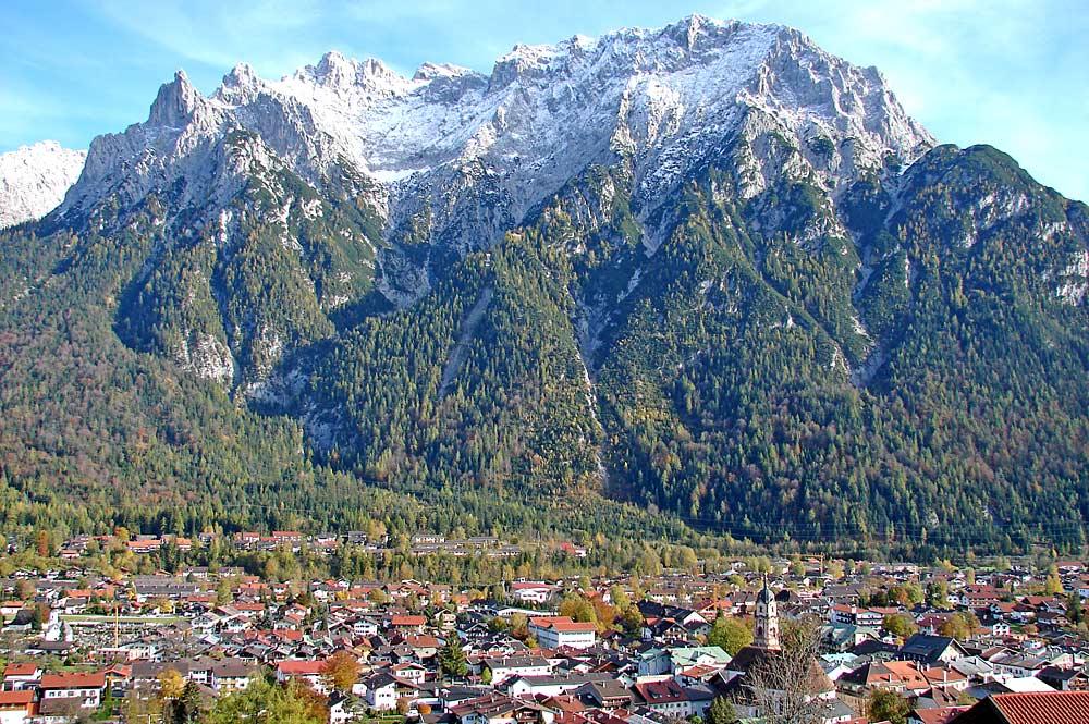Panoramaaufnahme Mittenwalds vor den Bergen