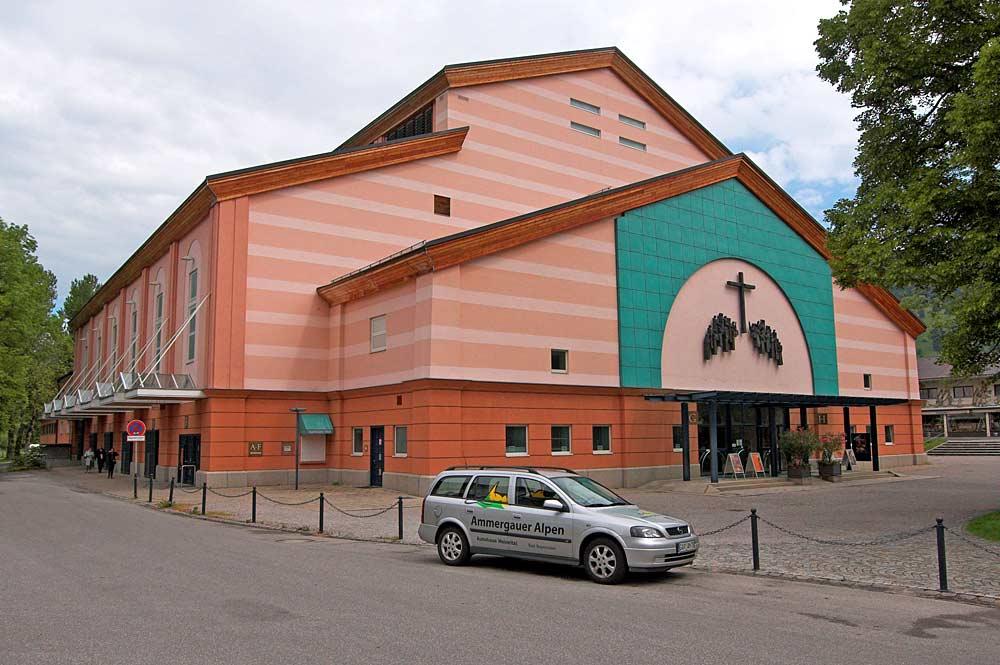 Fassade des Oberammergauer Festspielhauses