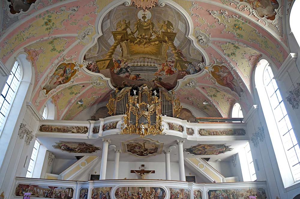Blick auf die stuckverzierte Decke der St. Peter und Paul-Kirche in Oberammergau