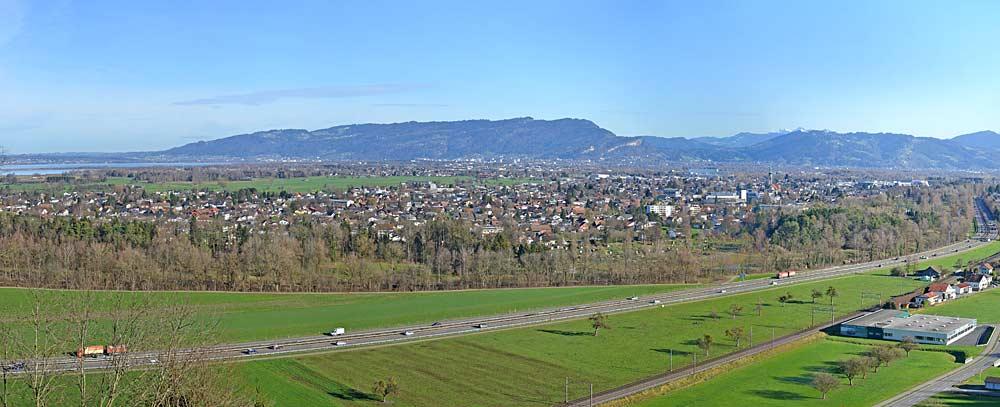 Panoramaaufnahme von Höchst in Vorarlberg mit dem Bodensee und dem Pfänderstock