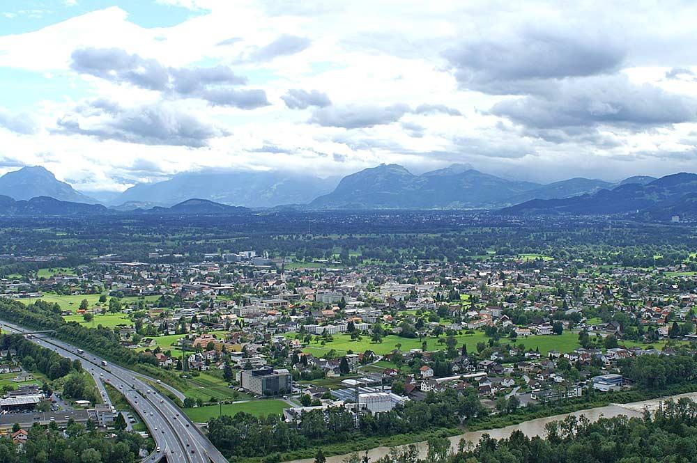 Gemeinde Lauterach mit den Schweizer Bergen im Hintergrund