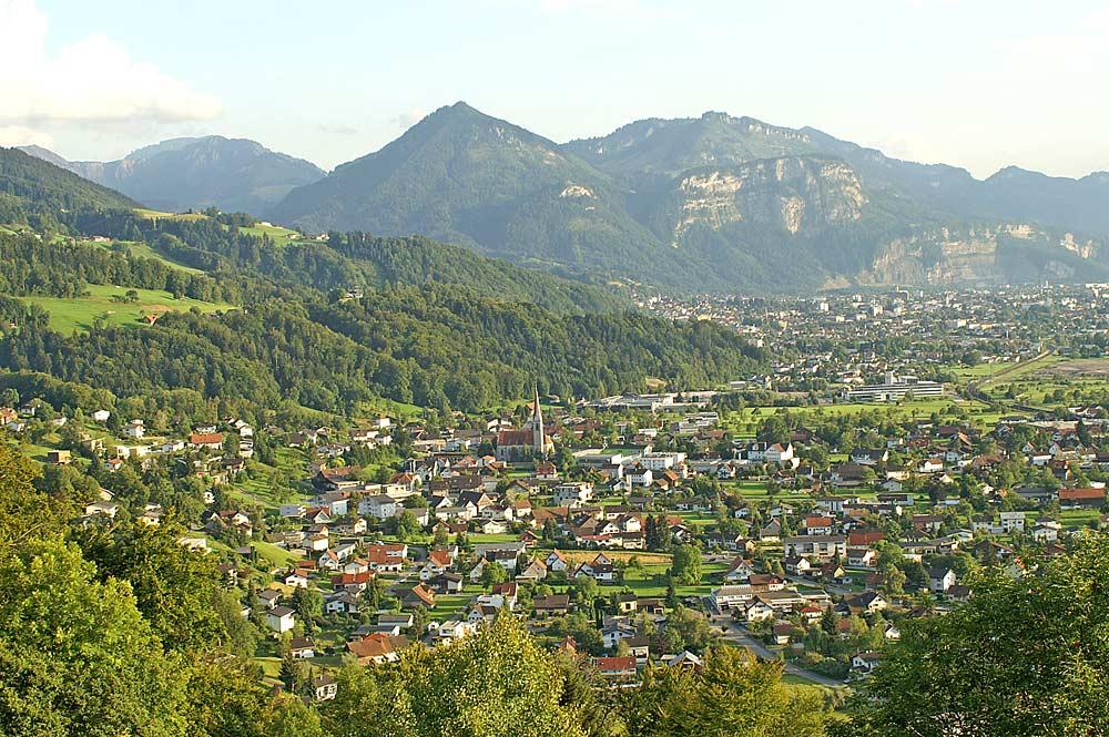 Blick auf die Gemeinde Schwarzach mit Dornbirn und dem Staufenberg im Hintergrund