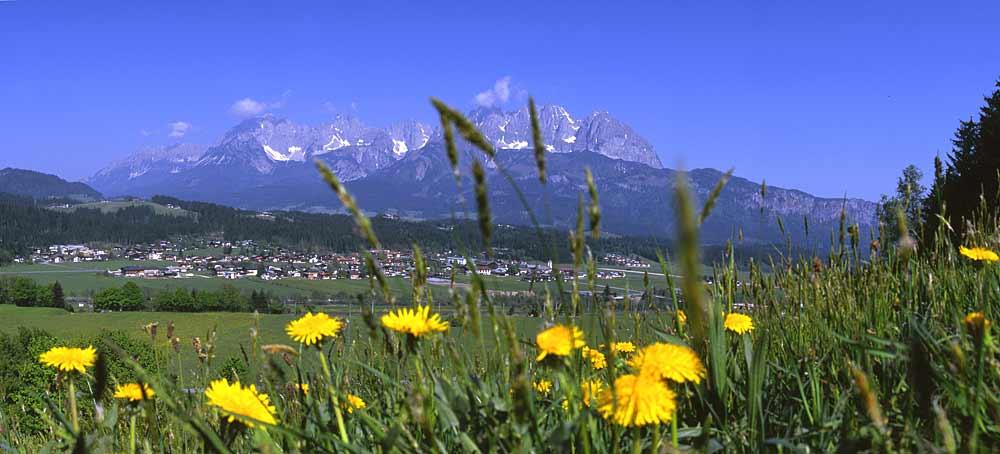 Blick auf Oberndorf in Tirol mit dem Wilden Kaiser im Hintergrund
