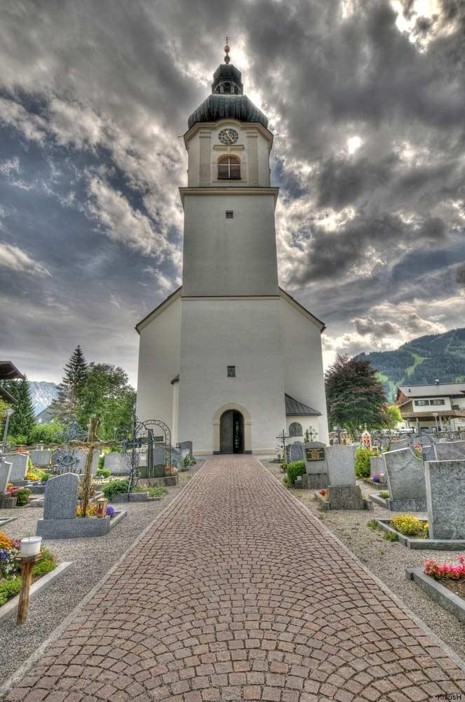 Blick von Osten auf die Pfarrkirche Hl. Nikolaus in Tannheim