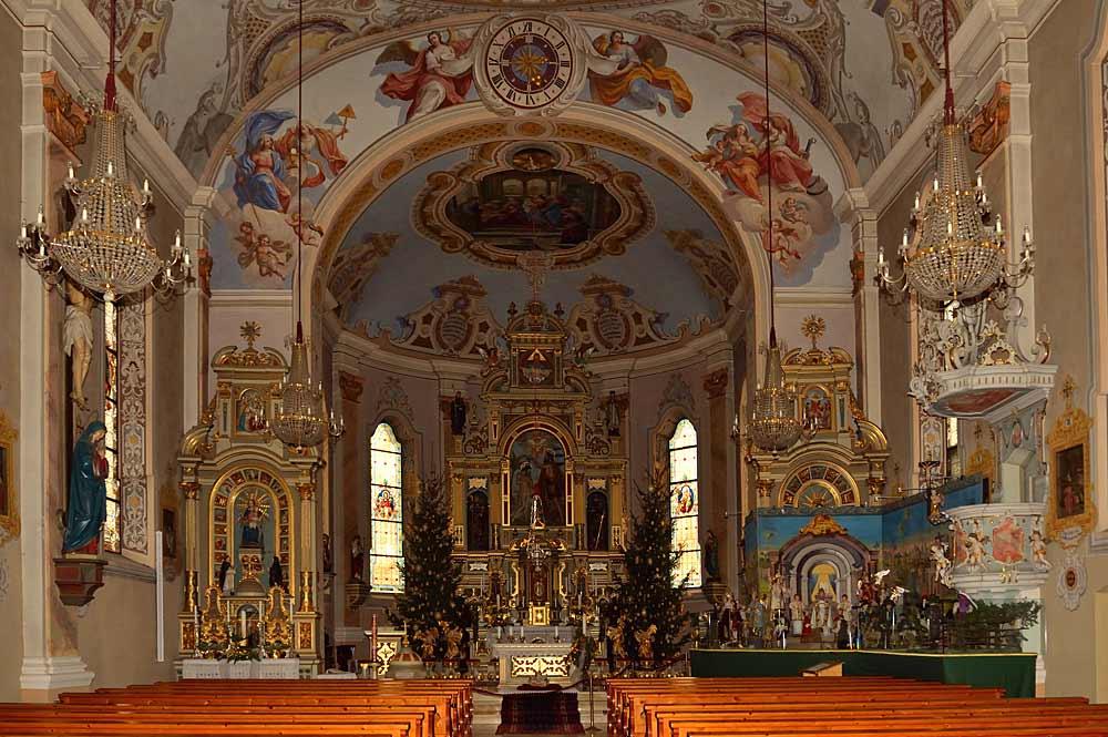 Innenraum der katholischen Pfarrkirche Hl. Johannes der Täufer in Ried im Zillertal