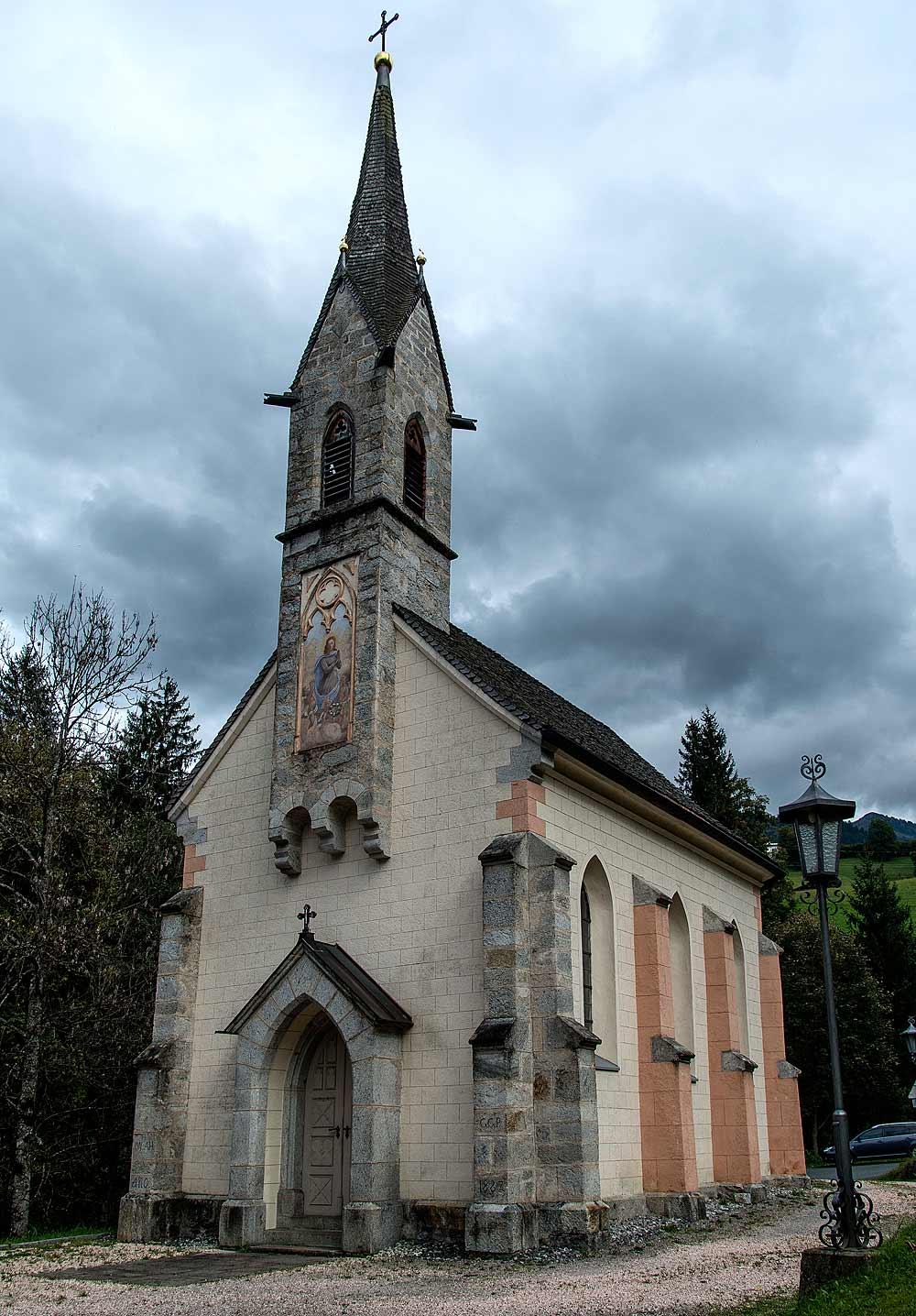 Blick auf die neugotische Mariahilf-Kapelle in Aurach
