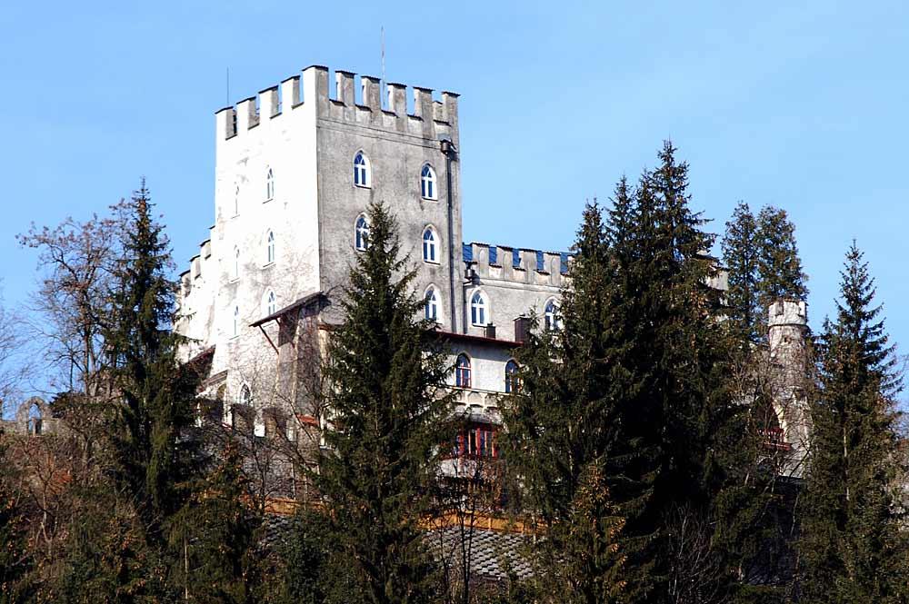 Blick von unten auf die Burg Itter