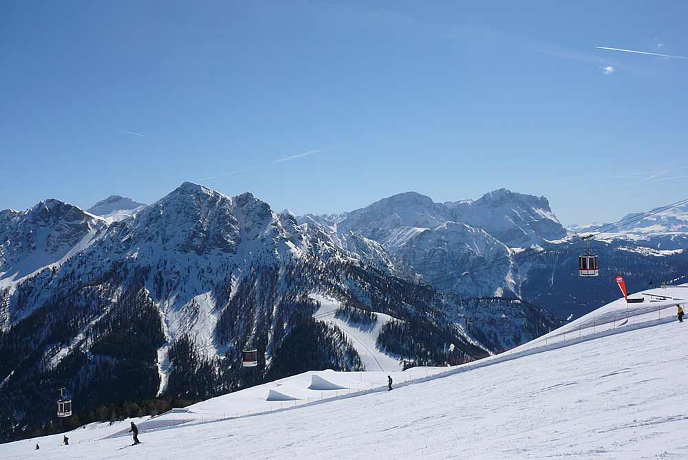 Blick auf Skipiste am Kronplatz mit den Dolomiten im Hintergrund