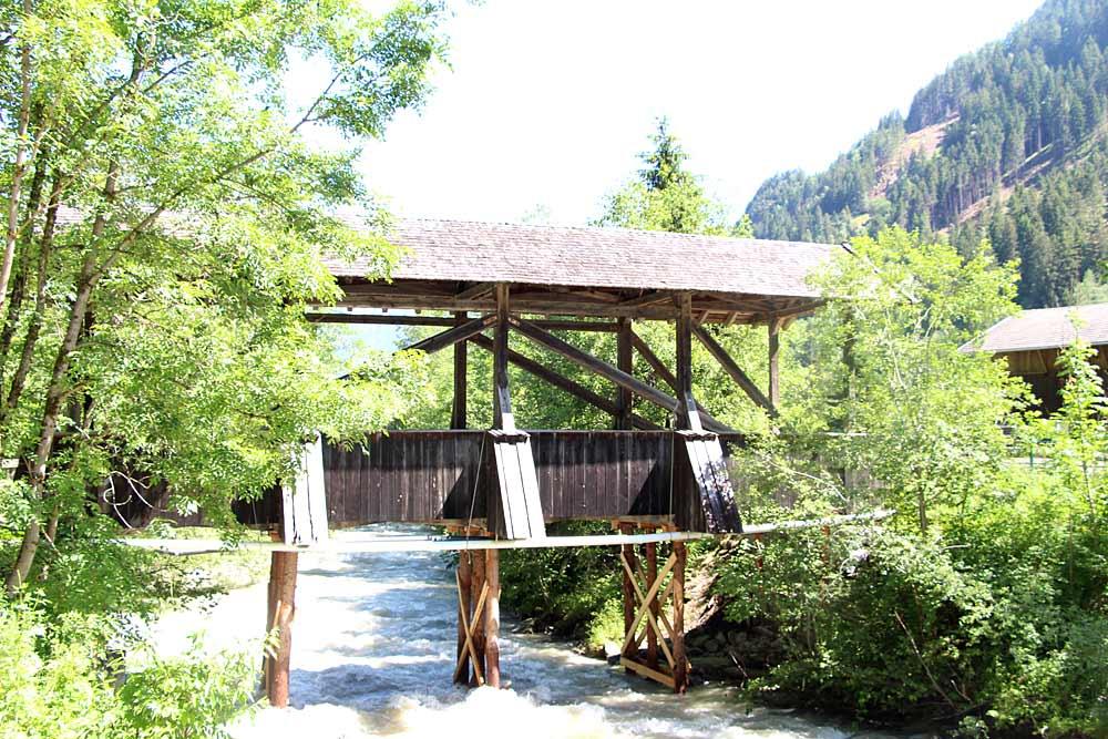 Blick auf die überdachte Holzbrücke Pitzenhofbrücke bei Wenns im Pitztal