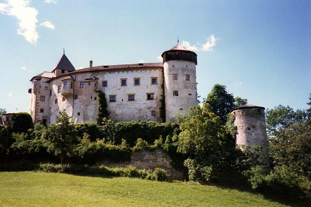 Blick auf das auf einem Hügel stehende Schloss Prösels