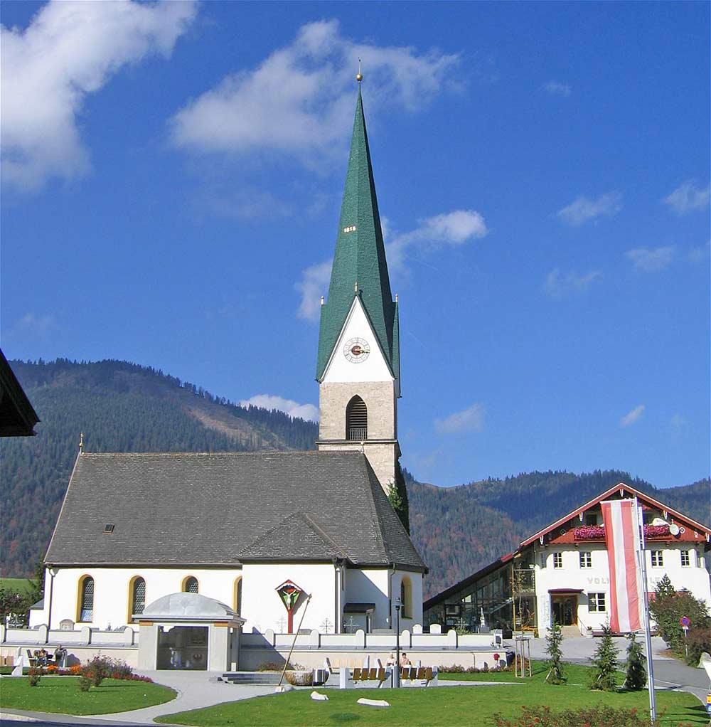 Blick von Süden auf die Kirche St. Nikolaus in Hinterthiersee