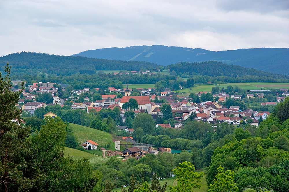 Blick ins Viechtacher Zentrum mit Kirche