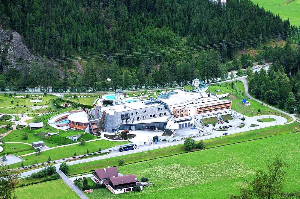 Luftaufnahme des Aqua Domes in Längenfeld