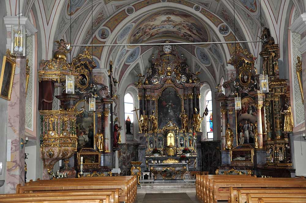Blick auf den Altar und den Innenraum der kath. Pfarrkirche St. Katharina in Oberlängenfeld