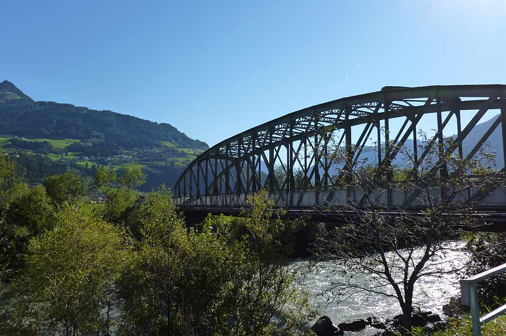 Blick auf die Zeller Eisenbahnbrücke der Zillertalbahn