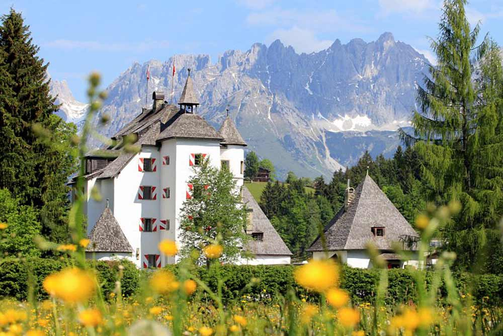 Schloss Münichau in Reith bei Kitzbühel mit dem Wilden Kaiser im Hintergrund