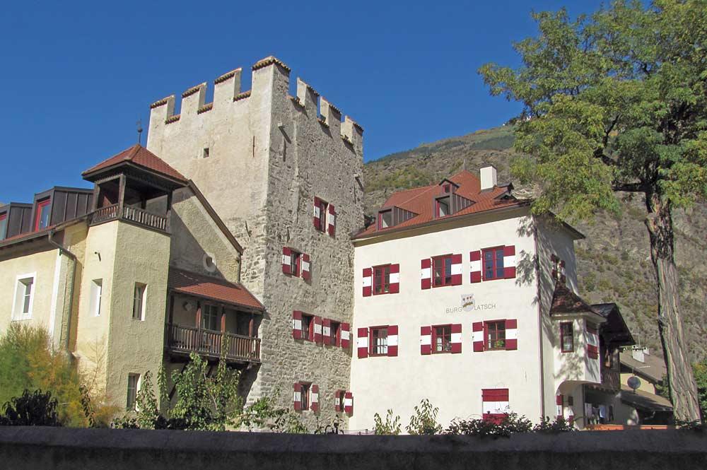 Burg Latsch mit Nebentrakten