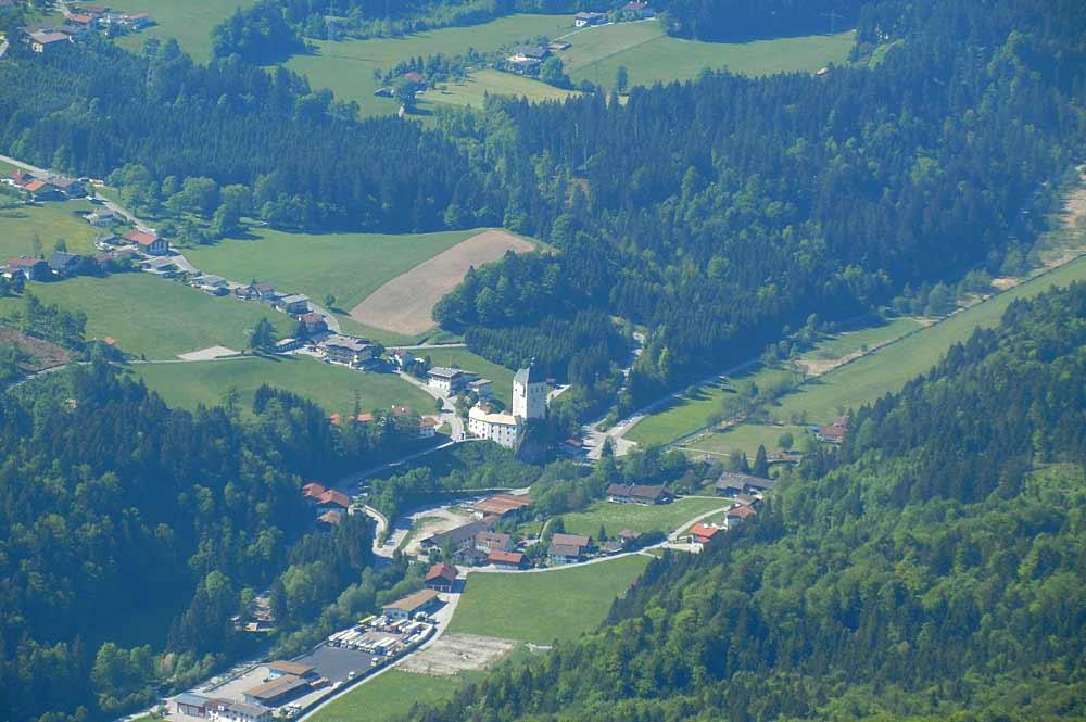 Luftaufnahme des Orts Mariastein in Tirol