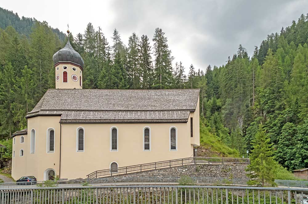 Blick auf die am Hang liegende katholische Pfarrkirche in Steeg