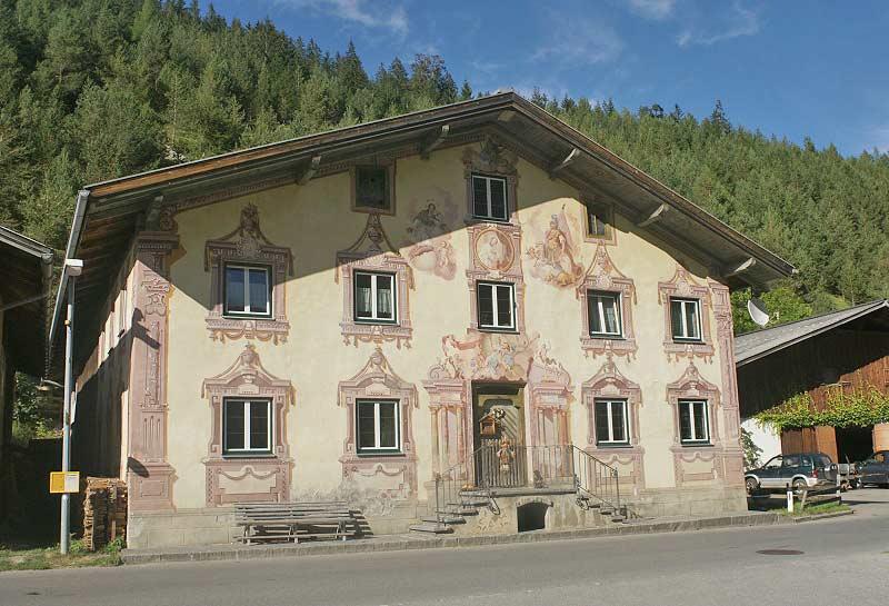Blick auf das bemalte Bauernhaus Strolzer Haus in Steeg