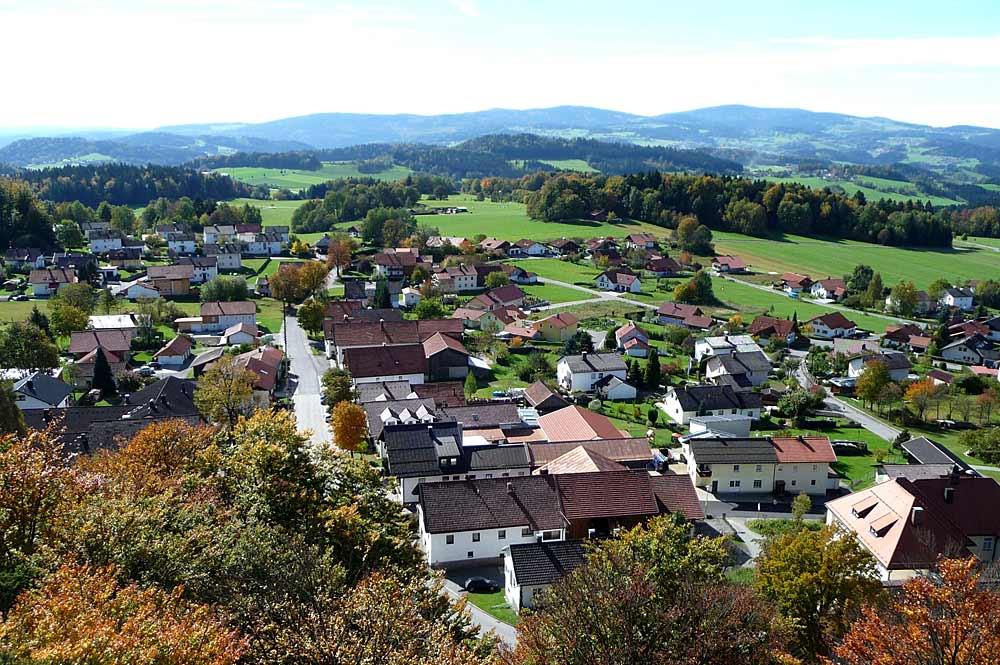 Blick vom Aussichtsturm auf Spiegelaus Ortsteils Oberkreuzberg