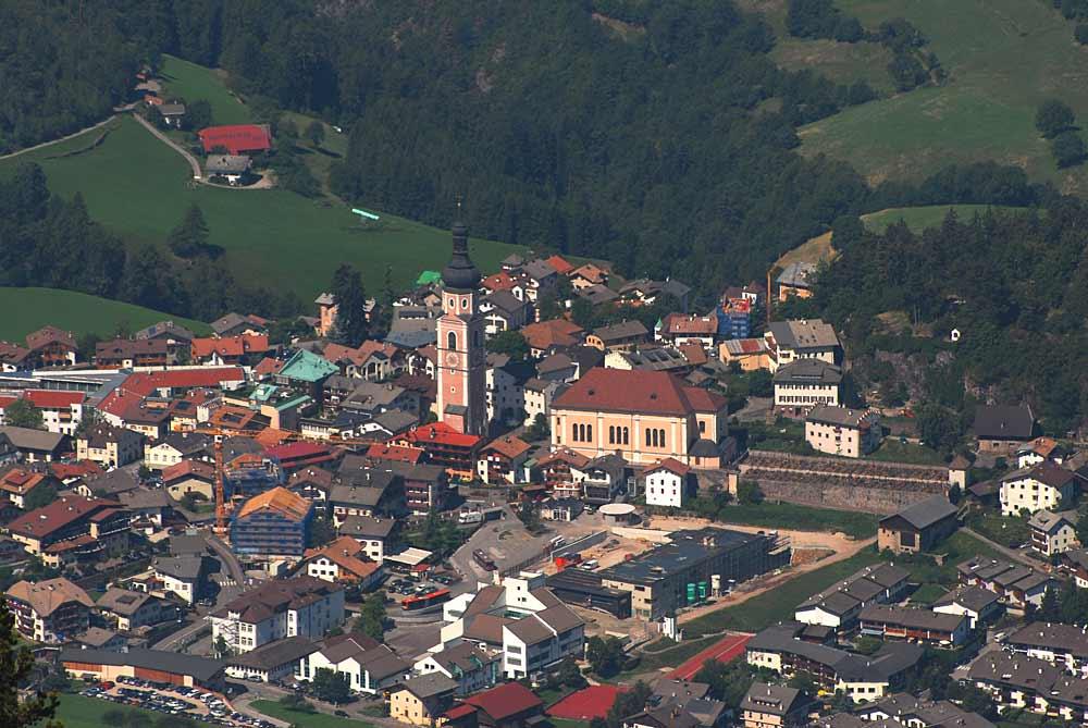 Luftaufnahme des Ortszentrums von Kastelruth