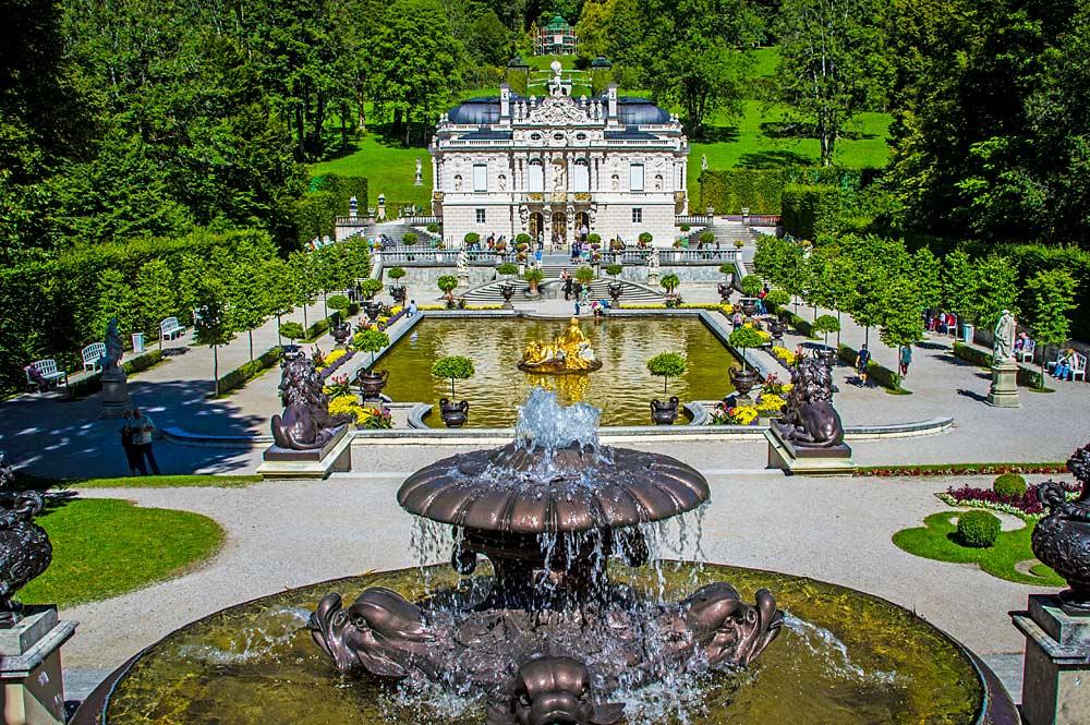 Blick auf die Parkanlage und Schloss Linderhof