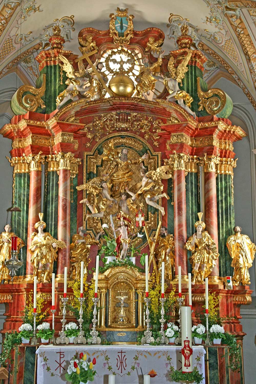 Blick auf den reichverzierten Hochaltar von St. Paulus in Schlaiten