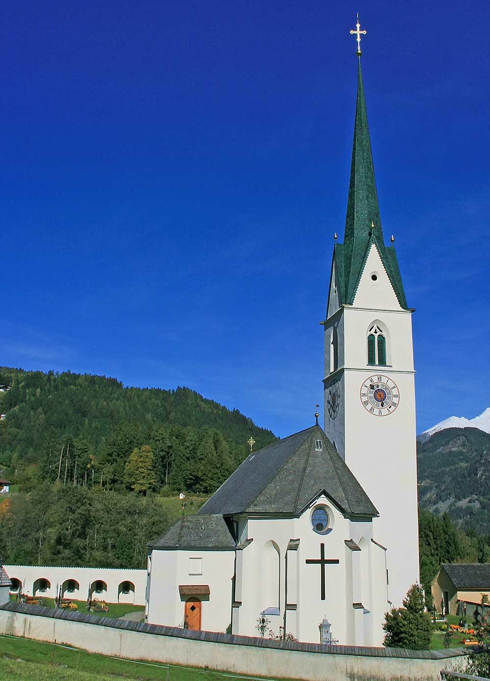 Blick auf die katholische Pfarrkirche Hl. Paulus in Schlaiten