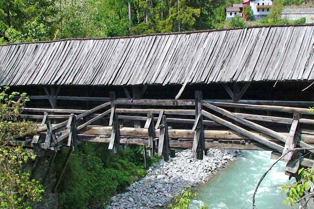 Blick auf die Balkenbrücke Rosannabrücke bei Strengen am Arlberg