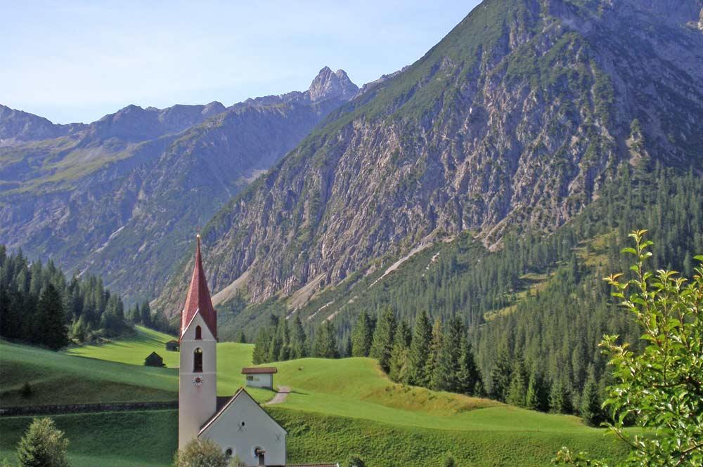 Pfarrkirche Gramais mit Leiterspitze im Hintergrund