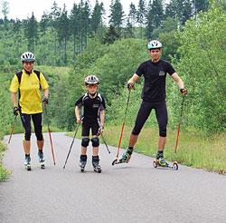 Familie beim Rollski fahren
