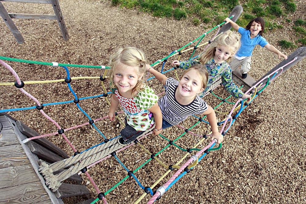 Kinder auf dem Spielplatz in der Alpsee Bergwelt