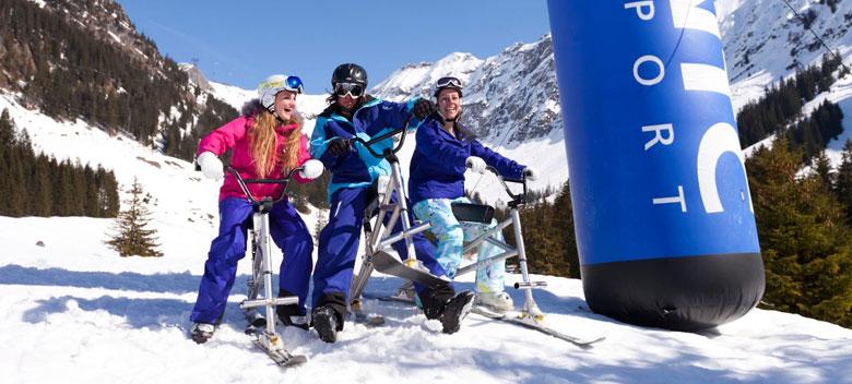 Drei Besucher des NTC-Erlebnisparks auf ihren Snowcycles
