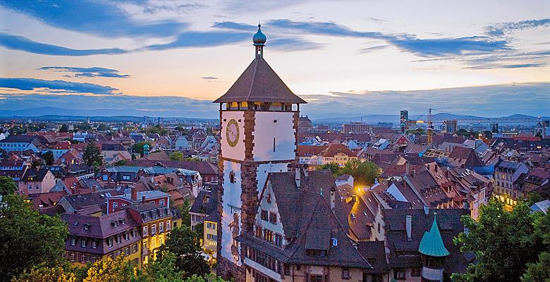 Das Schwabentor in Freiburg bei Dämmerung