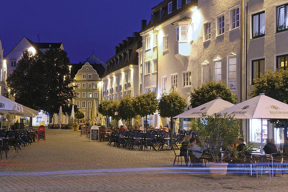 Der Rathausplatz am Abend © Stadt Kempten (Allgäu)